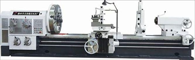 本系列车床功率大,刚性强、主轴调速范围广,适用于强力或高速切削,可以车削端面、外圆、内孔以及公制、英制、模数、径节各种螺纹,并可承担钻孔,套料、镗孔等工艺。主轴的制动及正反转变向是液压控制,刹车灵敏可靠,可用按钮不停车变换一级速度。床头箱内用压力油强制润滑,主轴转速范围具有数种,供用户选择。溜板箱内有安全机构,可防止车床因过载而损坏。上刀架可以机动车削短的锥体,纵向进给与上刀架进给的复合运动可机动车削长的锥体,床身导轨经表面淬火,以提高导轨的寿命,车床的操纵手柄集中,使用方便灵活。 车床床身采用大宽度侧壁